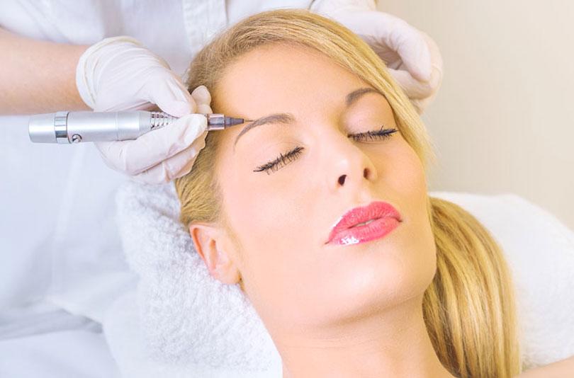 фото процесса нанесение перманентного макияжа на бровей