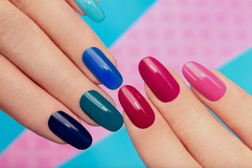 Многоцветный дизайн ногтей.