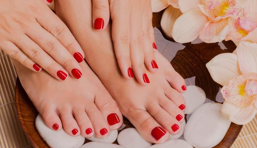 накрашенные ногти на ногах.
