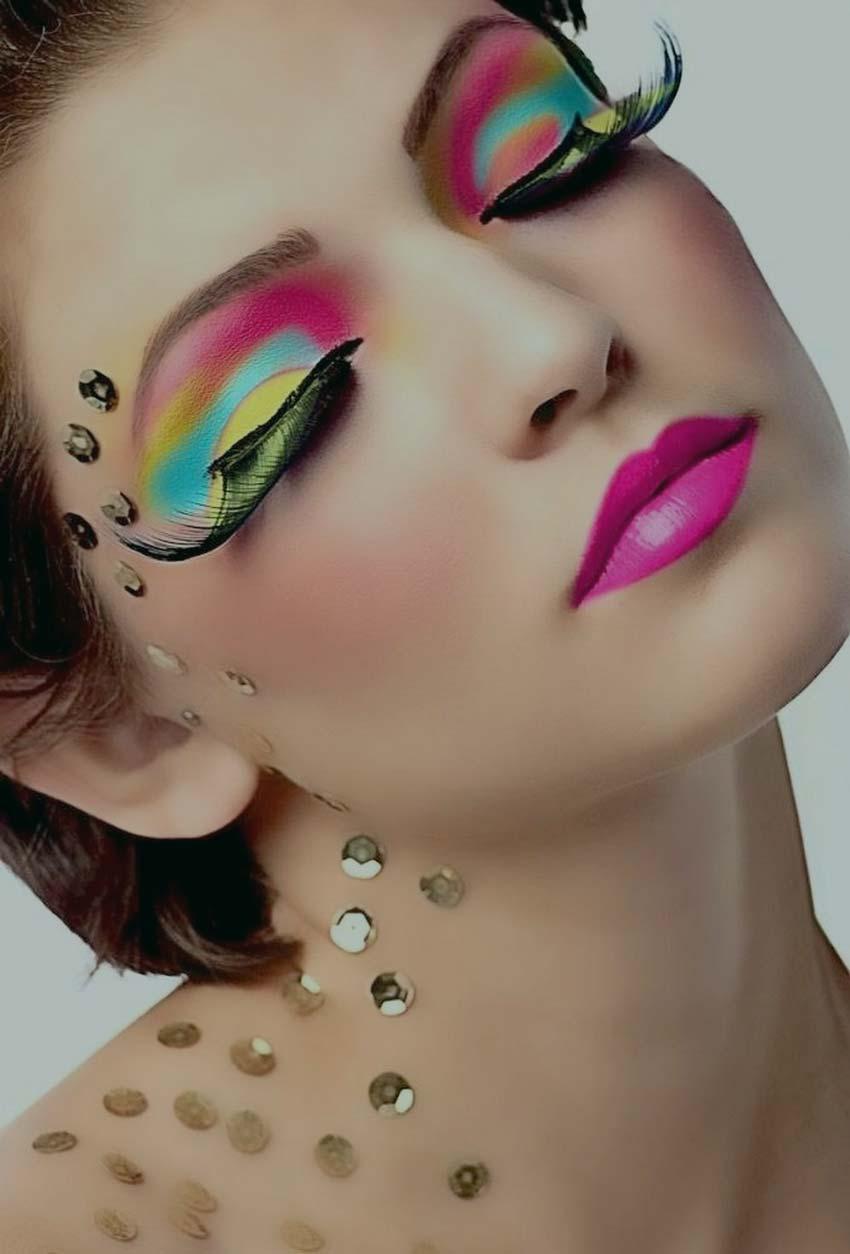 девушка с карнавальным макияжем.