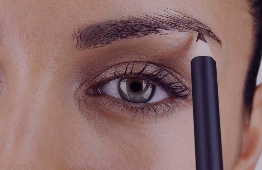 девушка красить брови карандашом