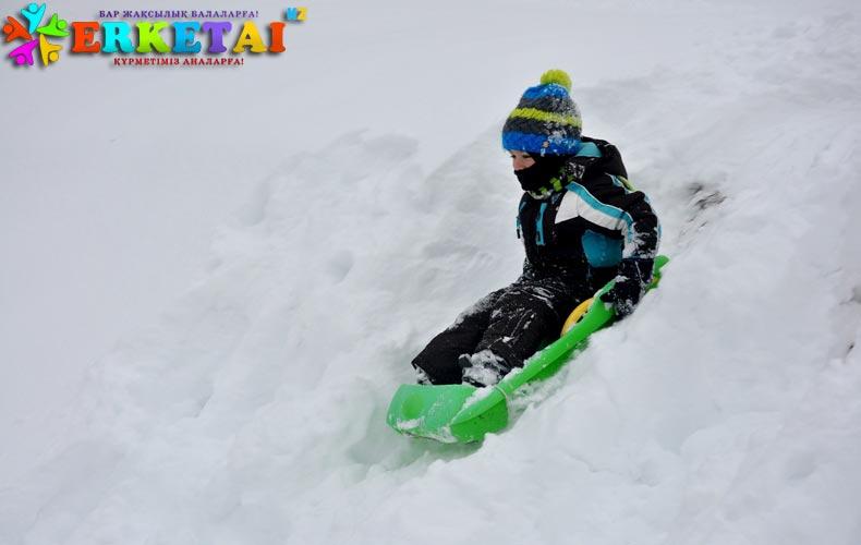 gorka-sneg-rebenok