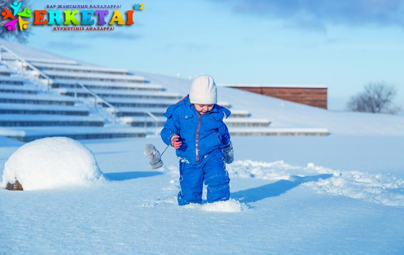 rebenok-hodit-po-snegu